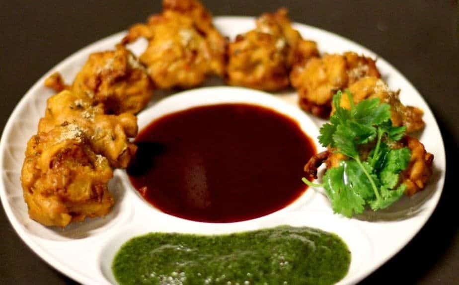 Otherwise known as fritters, these fried snacks are served with tamarind sauce and chutney.